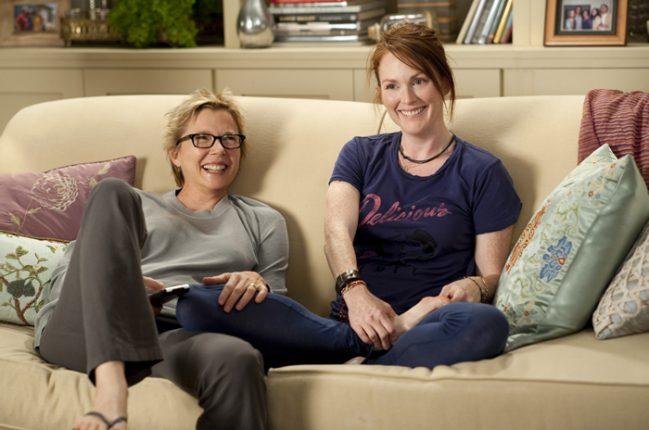 donne guardano la tv e gioccano