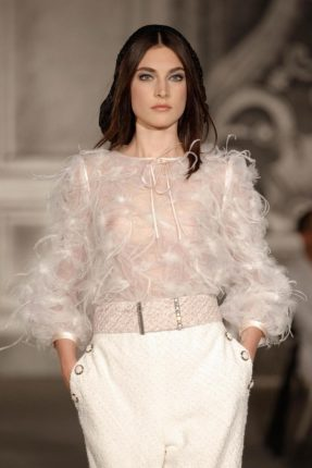 top-con-le-piume-di-chanel-haute-couture