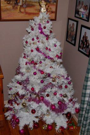 Albero Di Natale Bianco Con Addobbi Fucsia