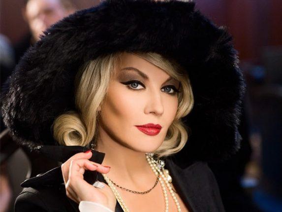Trucco adatto e look perfetto con un abito nero
