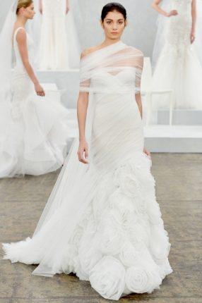 Abito da sposa asimetrico con roseMonique Lhuillier 2015