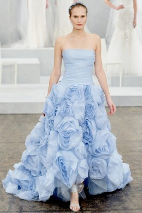 Abito da sposa celeste con gonna a rosa Monique Lhuillier