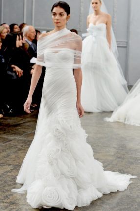 Abito da sposa con gonna particolare con le rose Monique Lhuillier 2015