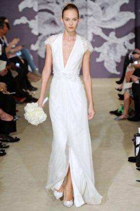 Abito da sposa con scollatura profonada e spacco Carolina Herrera 2015