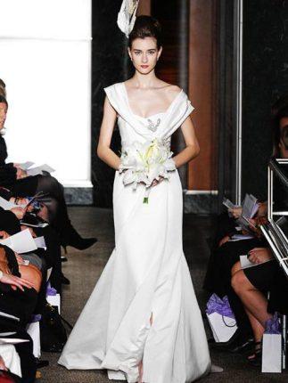Abito da sposa di Carolina Herrera bouquet