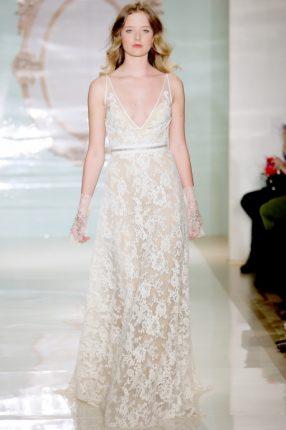 Abito da sposa in pizzo con la cintura Reem Acra 2015