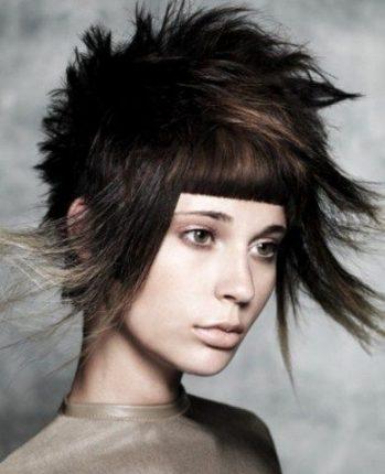 Acconciatura originale capelli corti con frangetta e bicolor