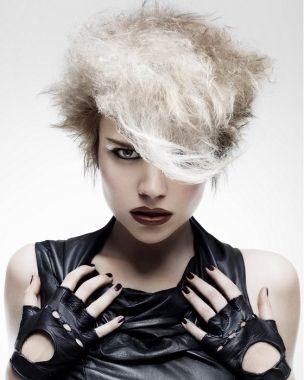 Acconciatura originale capelli corti decolorati