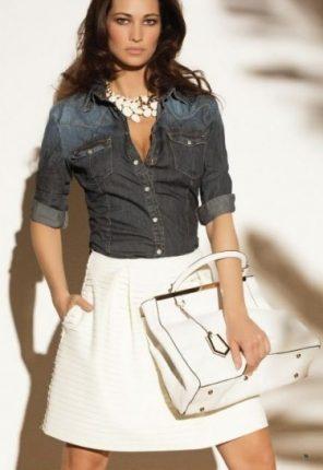 Gonna bianca e camicia di jeans