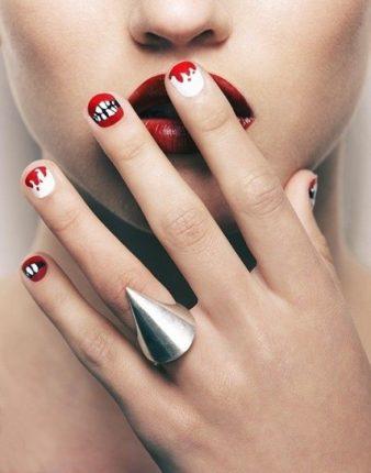 Nail art con bocche e sangue