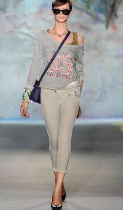 Pantaloni-e-maglia-in-felpa-Patrizia-Pepe-primavera-2013