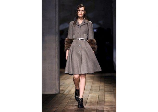Prada collezione autunno inverno 2013 2014 capotto maniche pelliccia