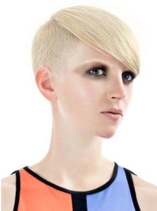 Taglio-capelli-corti-rasati-da-un-lato