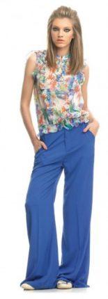 Top floreale e pantalone azzurro Fornarina primavera estate 2013