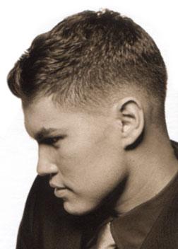 Uomo capelli corti girato a sinistra